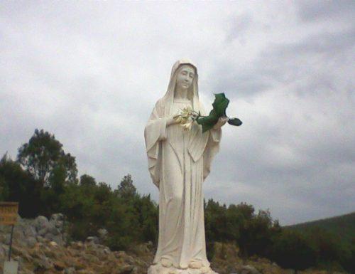 """""""Basta idoli inutili, preghiamo Maria, Madre in carne e ossa!"""""""